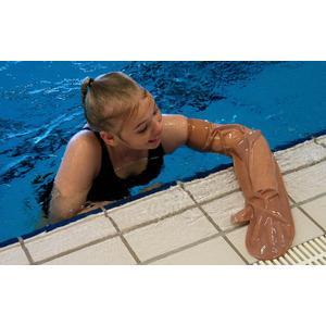 bada med gipsad arm